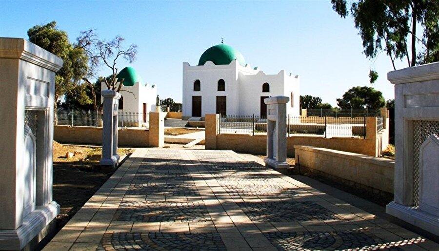 Caminin avlusunda bulunan Habeşistan Kralı Necaşi'nin türbesi TİKA tarafından restore edildi.