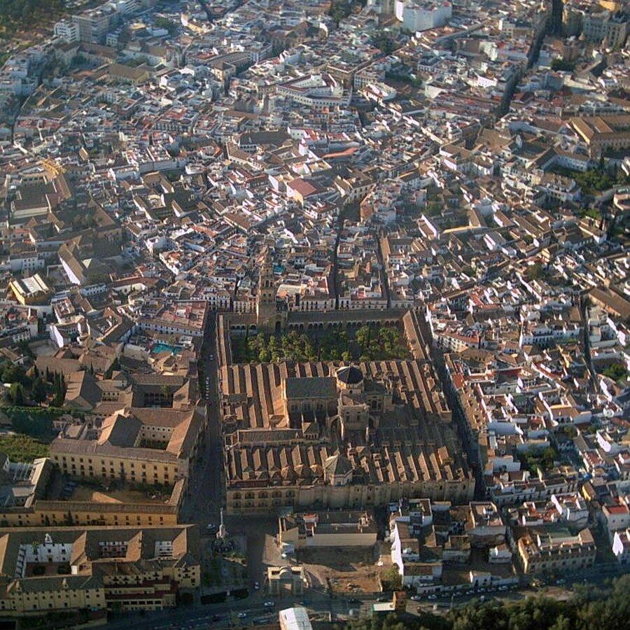 Kurtuba Camii'nin, etrafındaki eski yapılaşmayla birlikte havadan görünüşü.