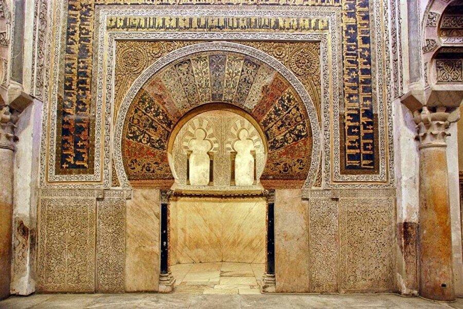 Kurtuba Camii'nin muhteşem mihrabı, ziyaretçileri büyüleyecek bir güzelliğe sahiptir.