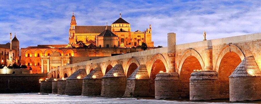 Kurtuba Camii, Endülüs bölgesinin en uzun akarsuyu olan Guadalqivir Irmağı'nın kıyısında yer alır.