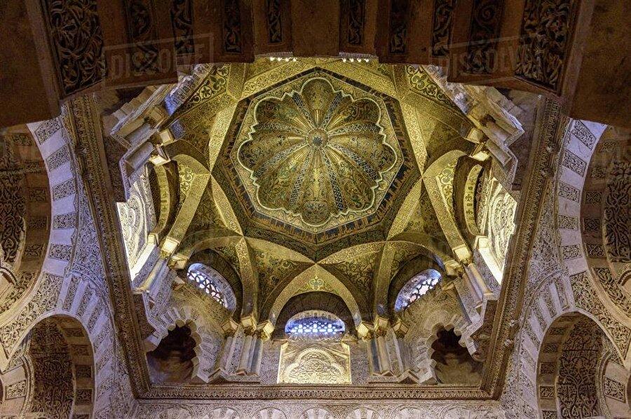 Caminin ana kubbesindeki işlemeler, Endülüs mimarisinin ulaştığı seviyeyi gözler önüne serer.