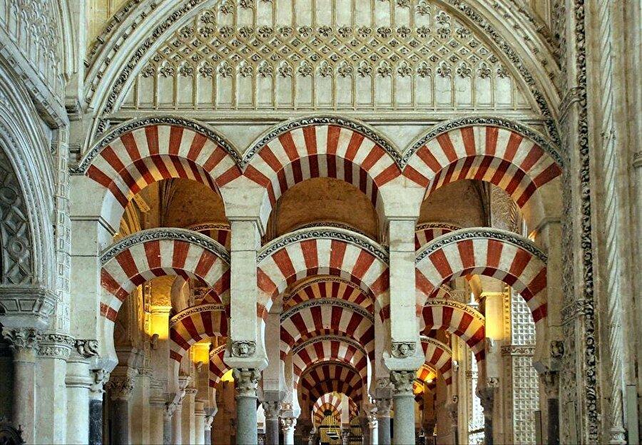 Caminin içine inşa edilen katedralin sütunlarıyla caminin orijinal sütunları iç içe görünüyor.