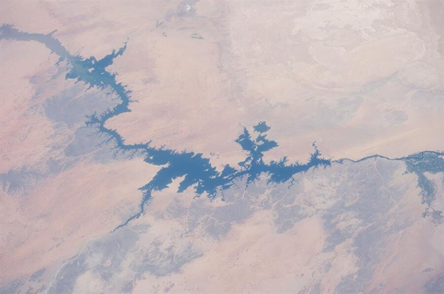 Baraj için toplanan sulardan oluşan Nâsır Gölü, dünyadaki en büyük yapay göldür.