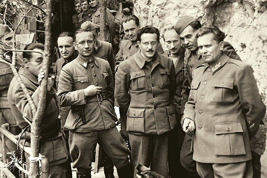 Tito, Alp Dağları'ndaki bir sığınakta Partizanlar grubuyla birlikte.