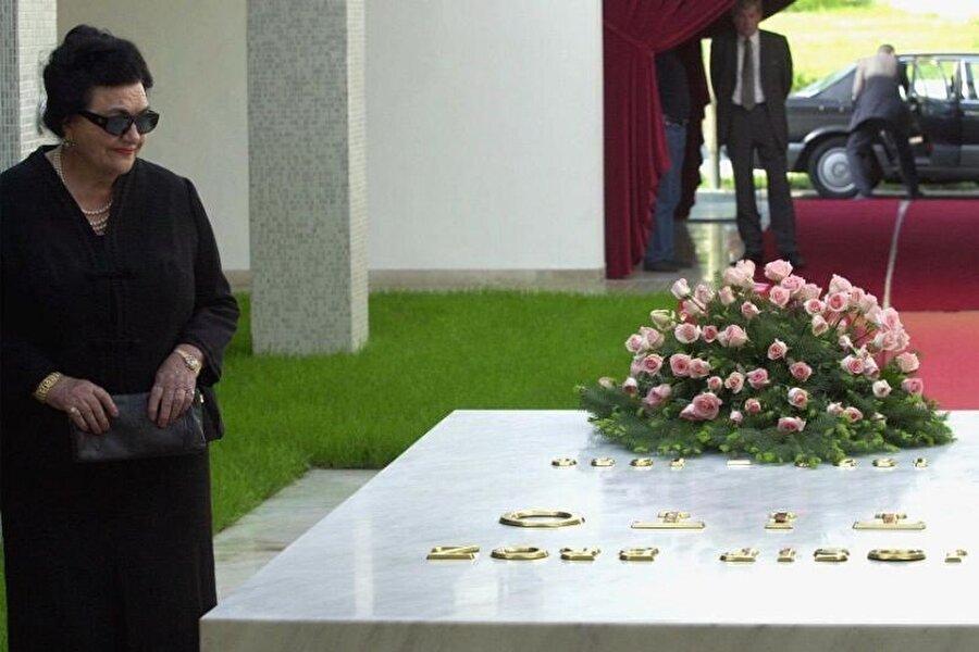 2013'te yaşamını yitiren Yovanka Broz,Tito'nun mezarı başında, 2001.