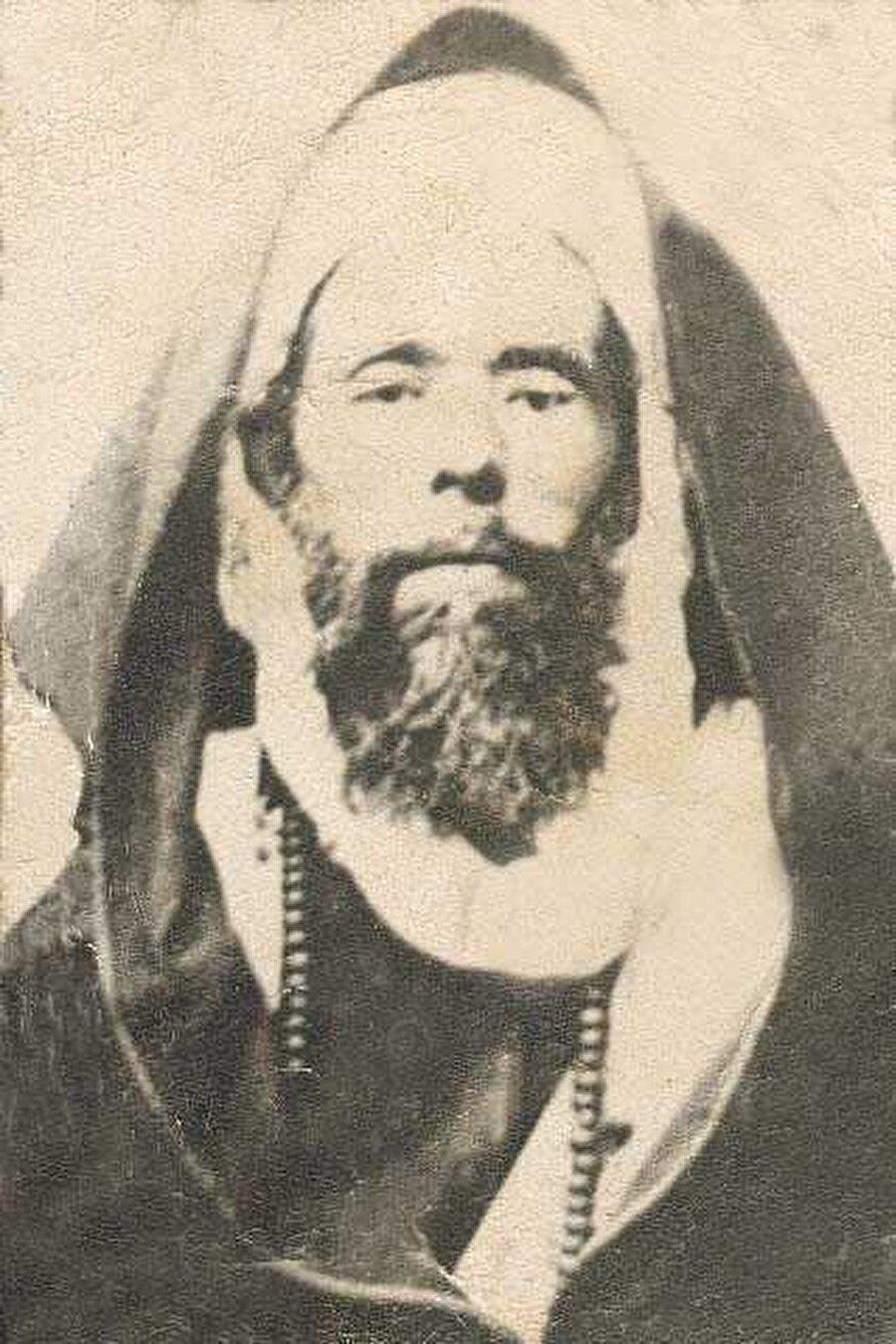 Aleviyye tarikatı üyeleri, Ahmed el-Alevi'den gelen bir adet olarak boyunlarına doksan dokuzluk tesbihler takarlar.