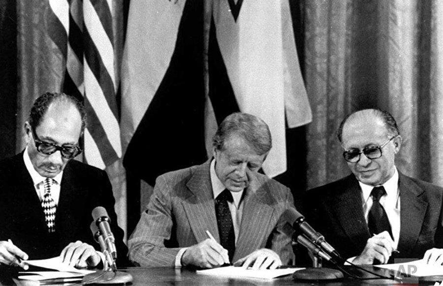 Enver Sedat (Solda), ABD Başkanı Jimmy Carter'ın (Ortada) arabuluculuğunda devam eden görüşmeler sonunda İsrail'i resmen tanımıştı.