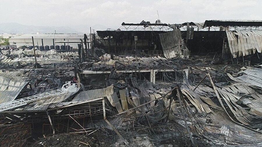 19 bin metrekare üzerine kurulu fabrikadan geriye kalan manzara, yangının dehşetini ortaya koydu.