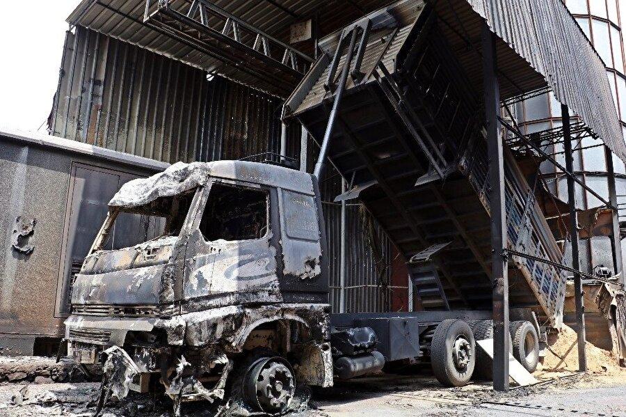 Fabrikadaki yangının ardından bugün bölgede inceleme ve hasar tespit çalışmaları başlatıldı. İtfaiye ekipleri, fabrika yetkilileri ve sigorta şirketleri inceleme yaptı.