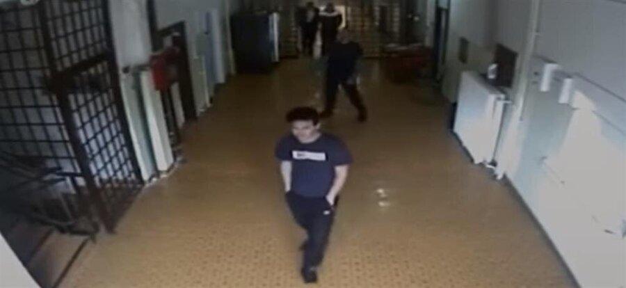 Hapishane kameralarına yansıyan görüntülerimden biri.