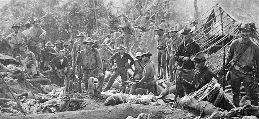 Tümgeneral Leonard Wood 'un komutası altındaki Amerikan birlikleri 1000 kadar Müslümanı katletti.