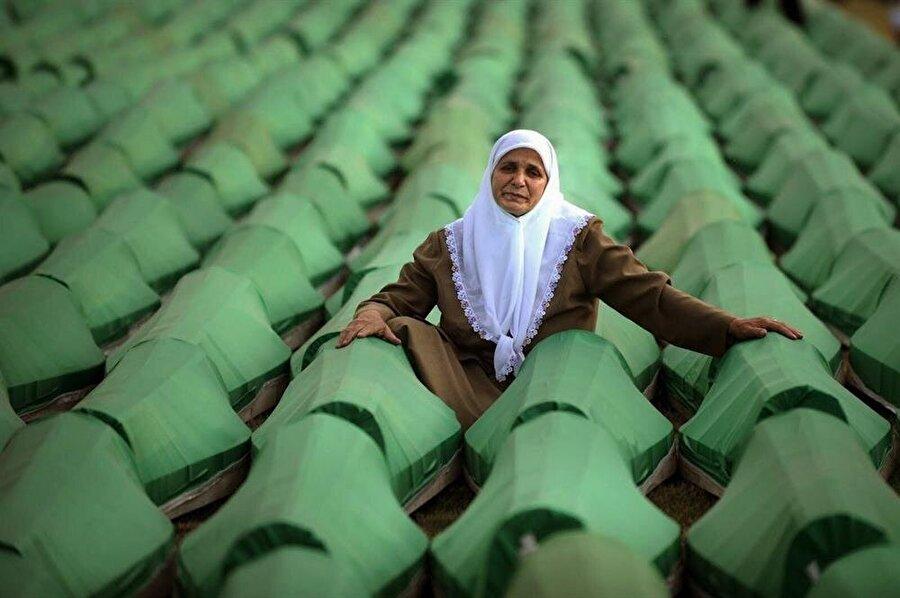 Srebrenitsa Katliamı'nda eşini, iki oğlunu ve kardeşini kaybeden Hatidza Mehmedovic'in bu fotoğrafı, soykırım kurbanlarının sembolü haline gelmişti.