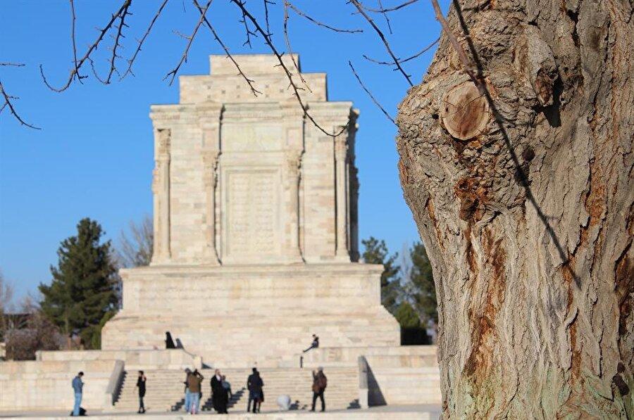 İmam Gazzâlî mezarının yakınlarında bulunan Firdevsî'nin âbidevî mezarı.