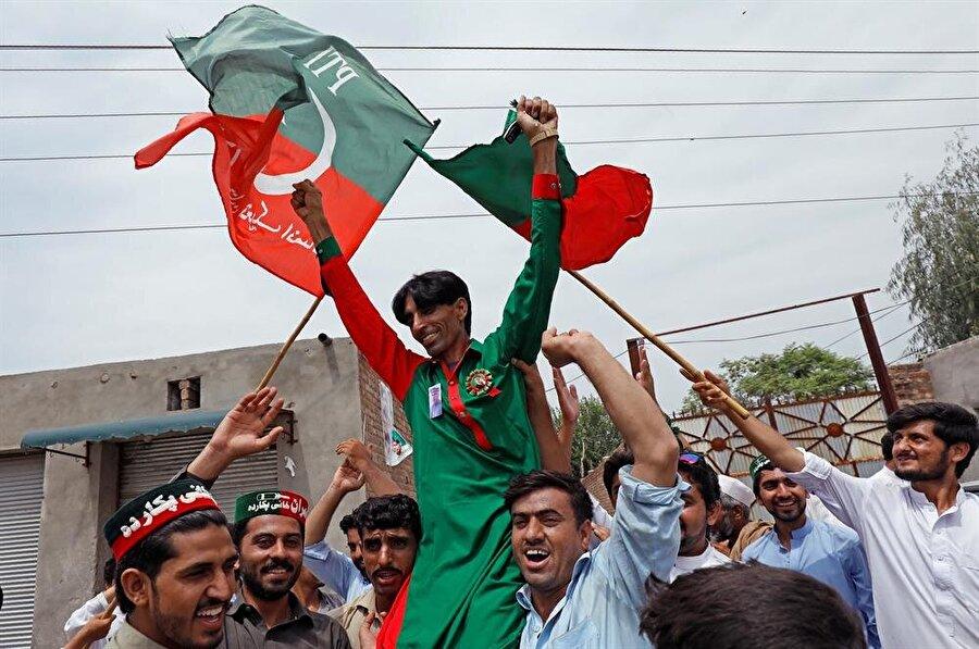 PTI ve İmran Han destekçileri, gelen ilk sonuçlarla birlikte sokaklara döküldü. (Fayaz Azız / Reuters)