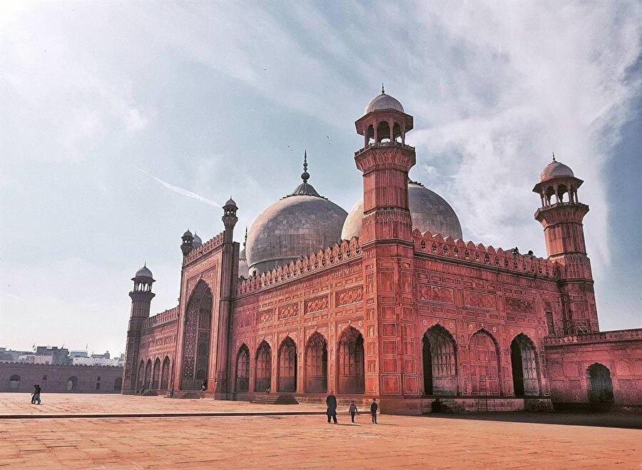 Caminin yapımında kullanılan kırmızı malzeme, binaya olağanüstü bir güzellik katmaktadır.