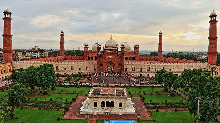 Badşâhî Camii, mimarisi ve çevresiyle, büyüleyici bir güzelliğe sahip.