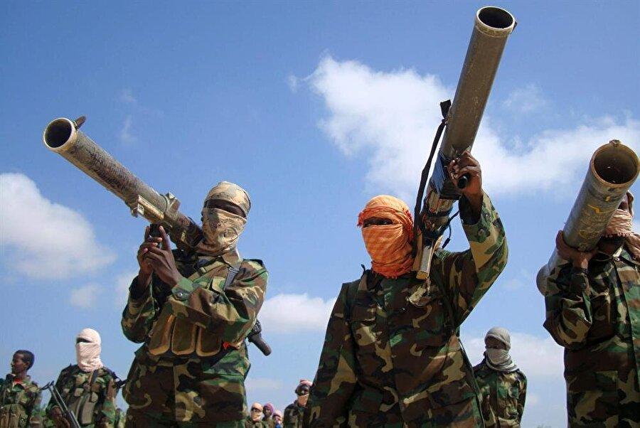 Silahlanma, insan kaynağı ve istihbarat noktasında El Kaide'nin yapılanması ciddi tartışmalara konu olmaktadır.