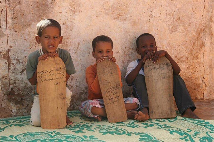 Öğrencilerin tahta levhaları kullandığı Moritanya medreselerinden bir fotoğraf.