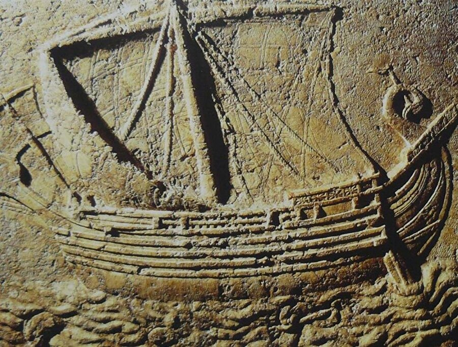 Fenikelilerin kullandığı gemiler, çok sayıda tarihi kalıntıda da betimlenmiştir.