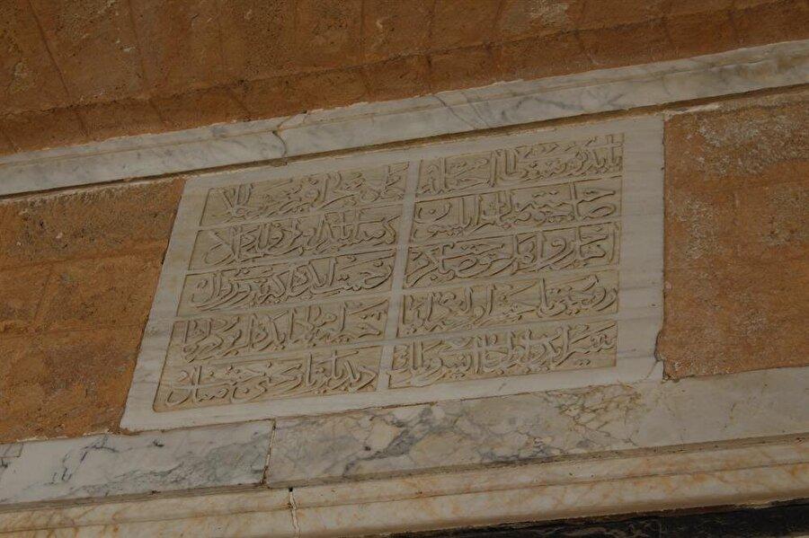 Dayı Yusuf Camii'nde bulunan Türkçe kitâbe.