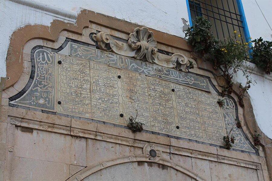 Başmakiye Kışlası'nın girişinde bulunan Türkçe kitâbe.