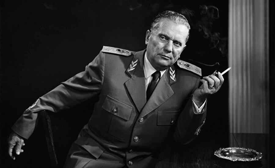 Bugünkü Bosna-Hersek'i de sınırları içinde bulunduran Yugoslavya, 1953-1980 yılları arasında Josip Broz Tito'nun diktatörlüğü altındaydı.