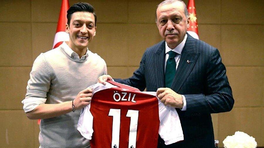Mesut Özil, Başkan Erdoğan ile çekildiği fotoğraf sonrası ırkçı saldırıların hedefi olmuştu.