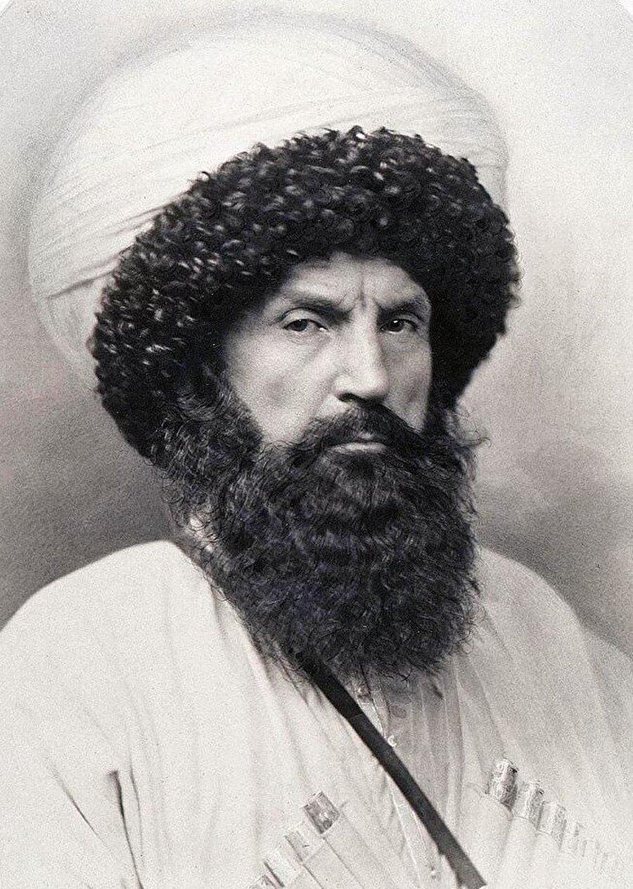 Şamil Basayev'e ismi verilen, Kafkasya kartalı olarak bilinen ve Kuzey Kafkasya direnişinin lideri Şeyh Şamil.