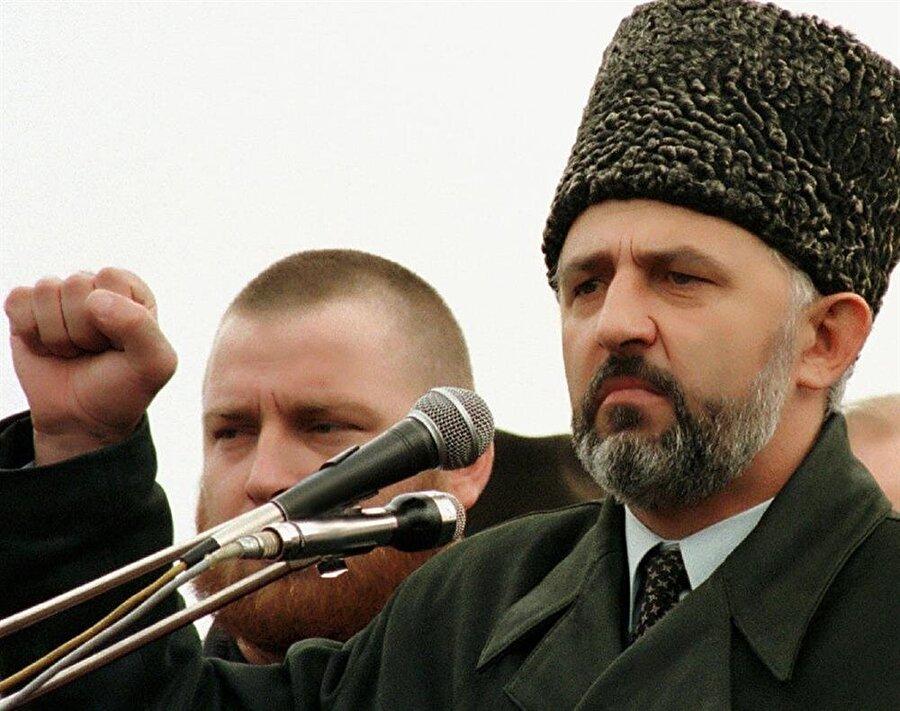 Aslan Mashadov oyların %70'ini alarak Cumhurbaşkanı olmasının ardından Şamil Basayev'i Başbakanlık görevine getirdi.