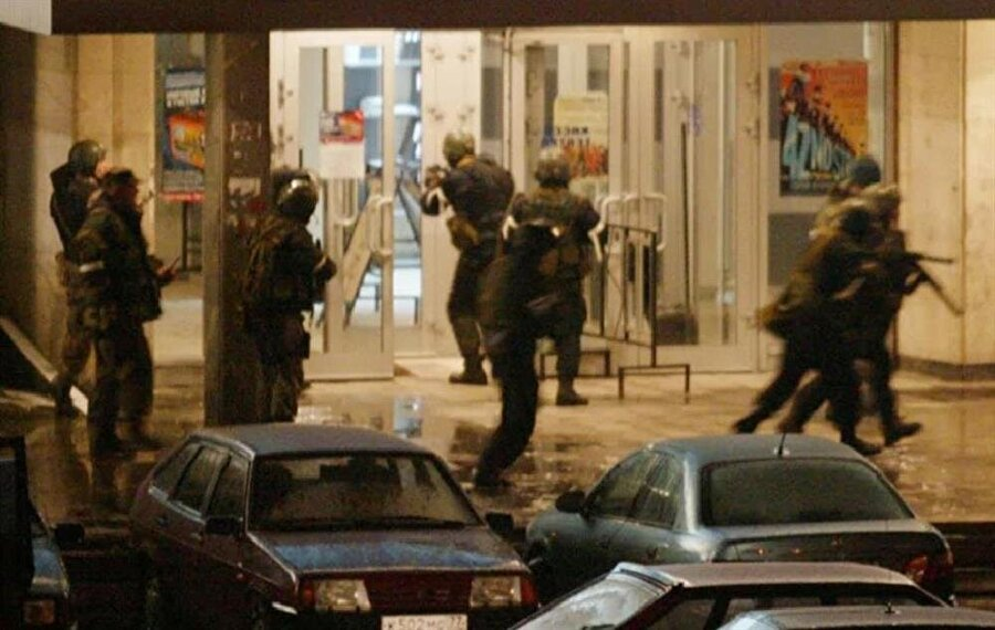 Rus askerleri Dubravko Tiyatrosu'na giriş izni beklerken.