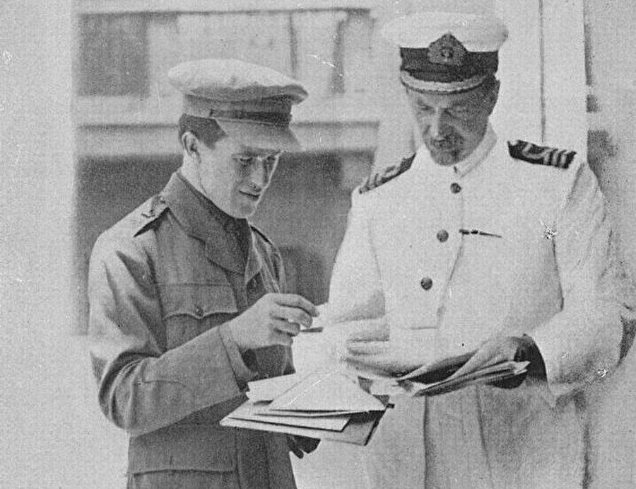 David Hogarth, ünlü İngiliz ajanı T. E. Lawrence ile birlikte.
