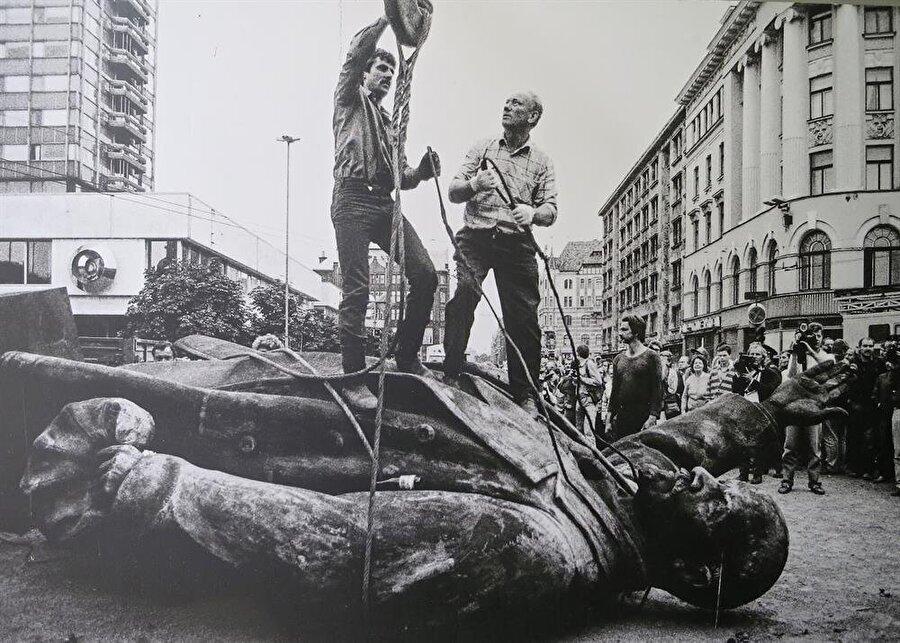 1917'de gerçekleşen Bolşevik Devrim ile kurulan Sovyetler Birliği, 1991'in son günlerinde resmen dağılmıştı.