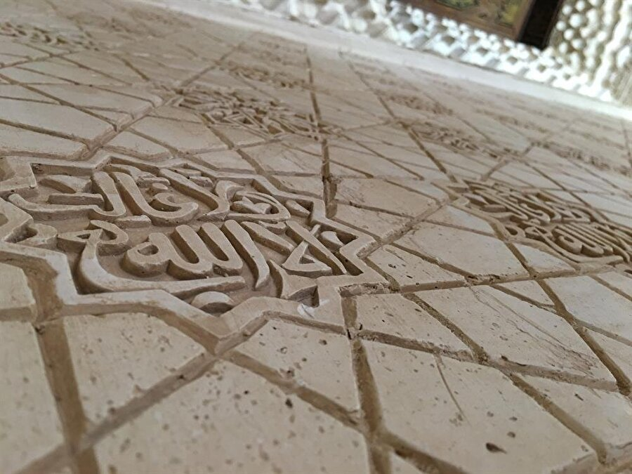 Allah'tan başka galip olmadığını tekrar tekrar hatırlamak, Elhamra'yı ziyaretin en çarpıcı kazanımlarından biri.