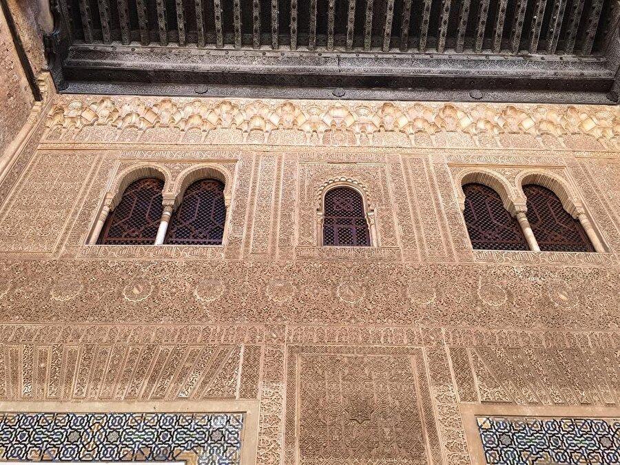 Elhamra'nın duvarları, taş ve alçı işleme sanatının en seçkin örnekleriyle dolu.