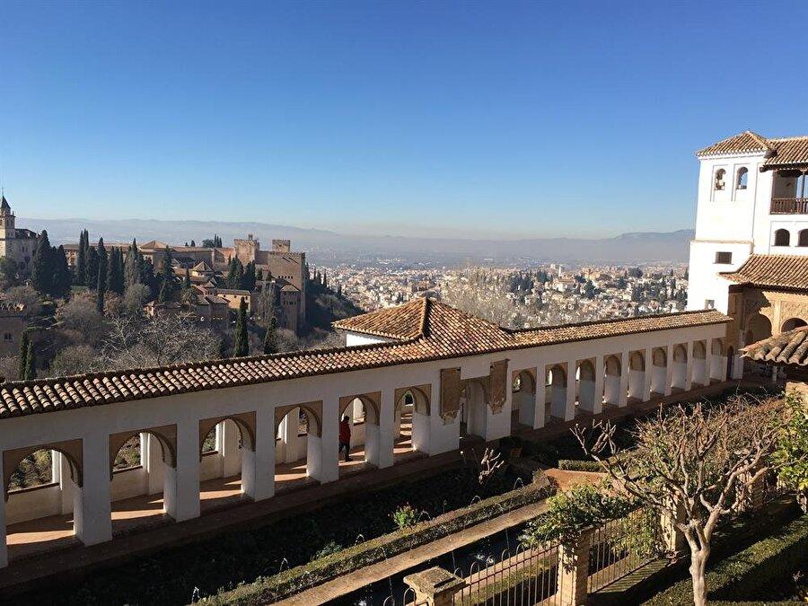 Sultanların yazlık sarayı Generalife'den Alhamra'nın görünüşü.