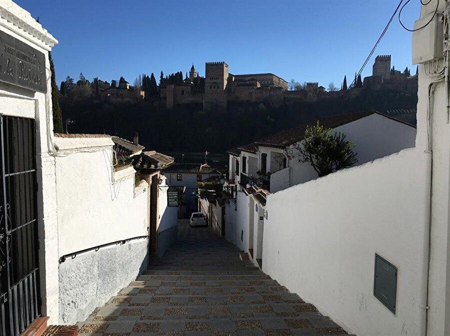 Albayzin'in yokuş ve merdivenlerini tırmanırken, evlerin arasından Elhamra Sarayı daima sizi selamlar.