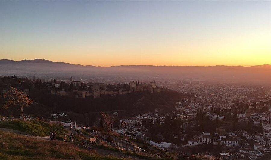 Çingene mahallesi Sacromonte'nin üst kısmından, gün batımında Elhamra ve Granada...