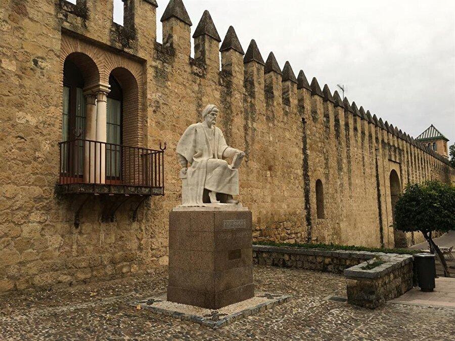 Cordoba surlarının hemen dışında, ünlü İslâm bilgini İbn Rüşd anısına yapılmış bir heykel.