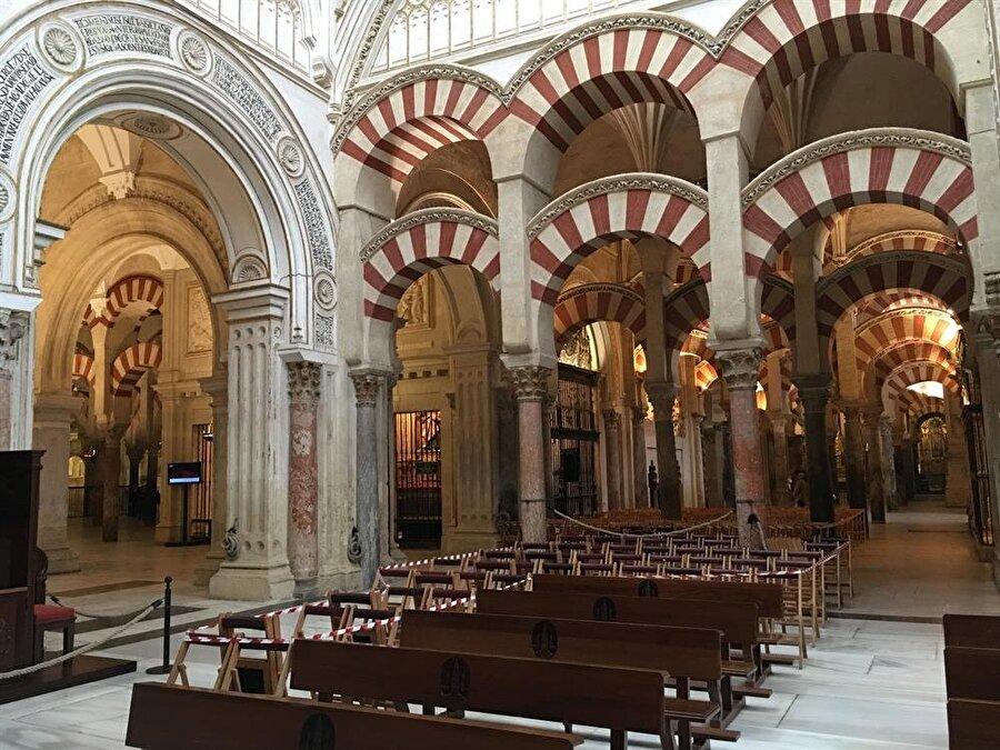 Caminin içine inşa edilen katedral, çok sayıda sütunun ortadan kaldırılmasına yol açmış.