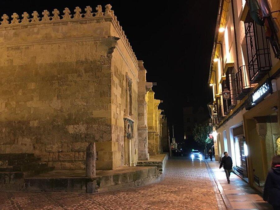 Kurtuba Camii'nin çevresindeki sokaklardan bir gece görüntüsü..
