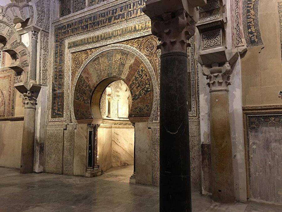 Kurtuba Camii'nin muhteşem mihrabına ulaşmak ve dokunmak maalesef imkânsız.