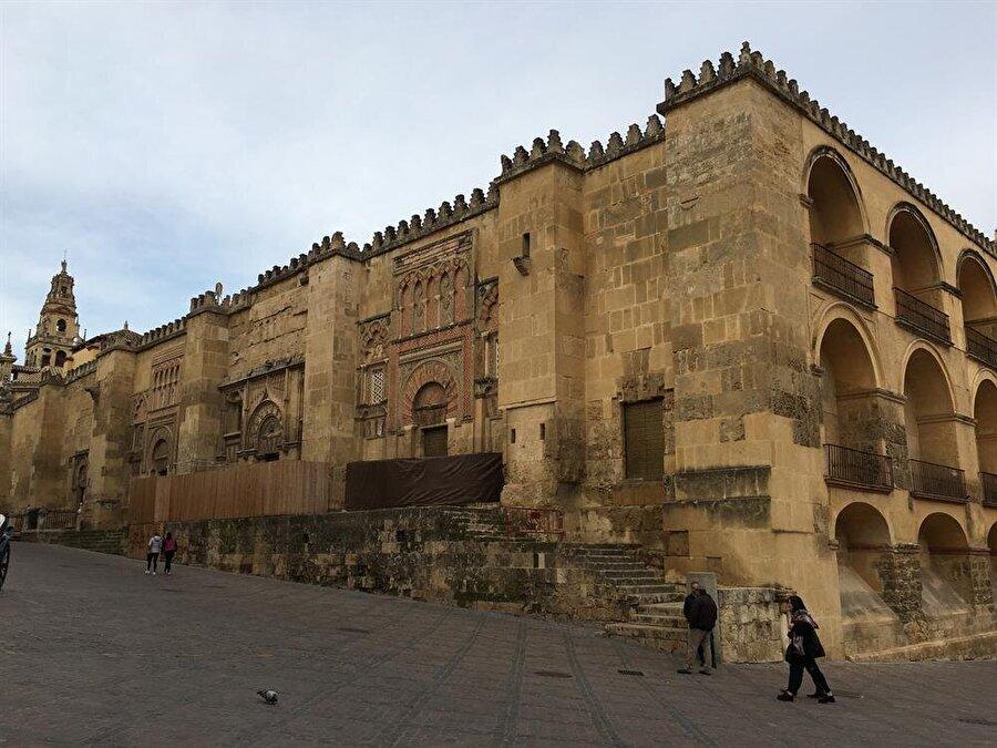 Kurtuba Camii'nin yüksek duvarları, Endülüs ihtişamını yansıtıyor.