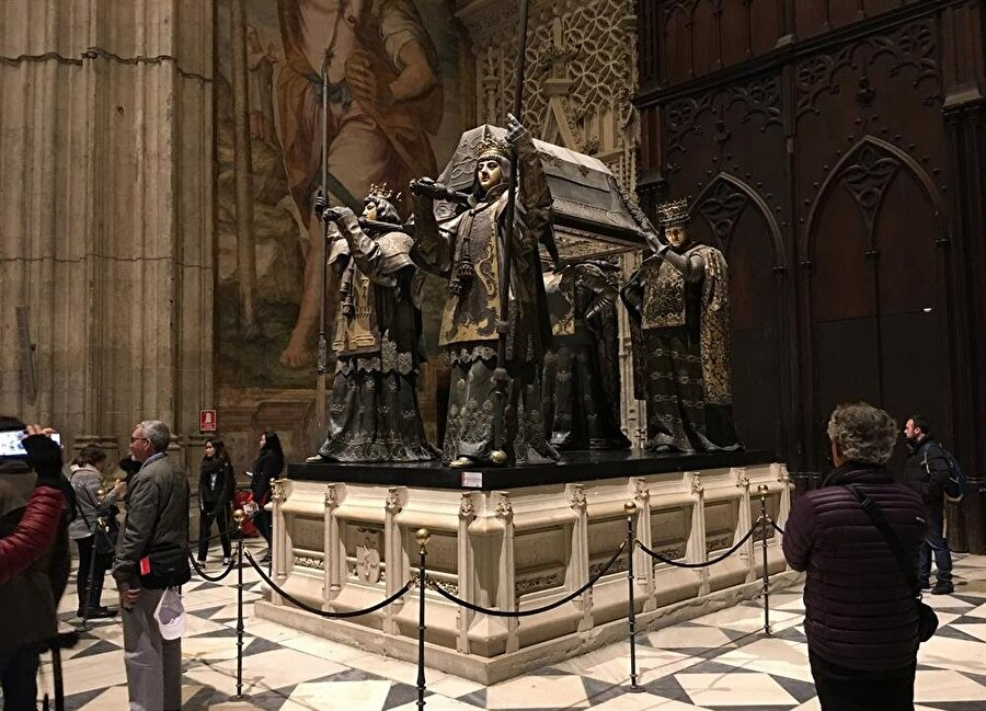 Sevilla'da, Santa Maria Katedrali içinde Kristof Kolomb'un mezarı.