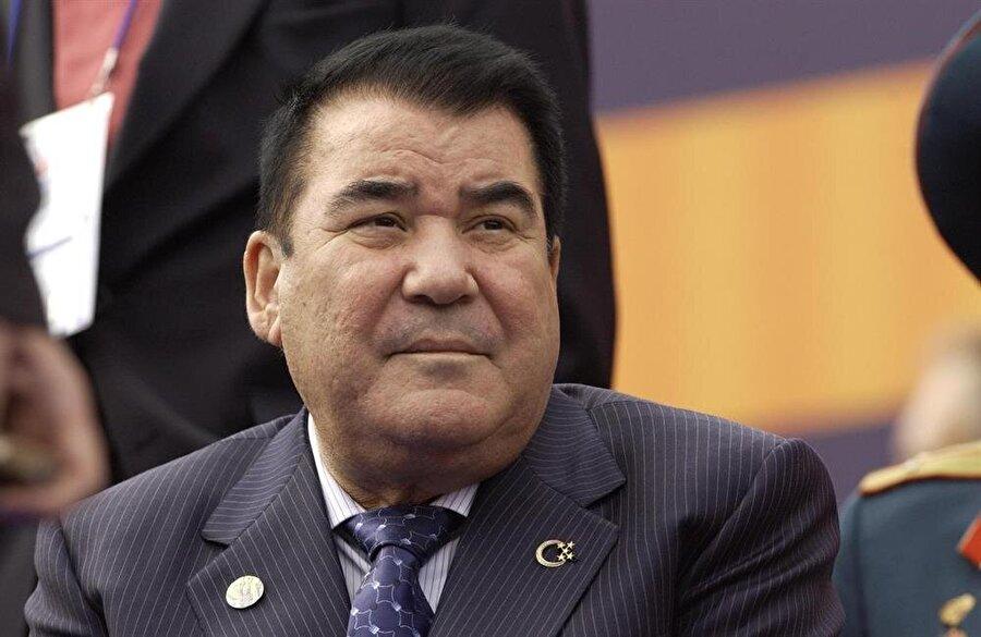 """Saparmurat Niyazov, Türkmenistan'ın yönetimini ele aldıktan sonra ülkede """"yeni bir millet"""" oluşturma çabasına girişti."""