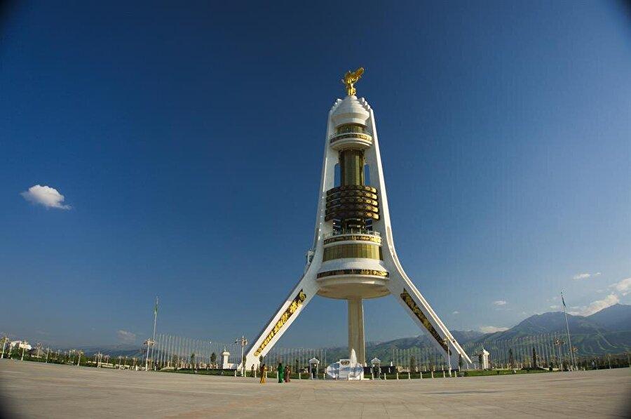 Türkmenistan'ın devlet politikasını simgeleyen Tarafsızlık Anıtı ve Tarafsızlık Meydanı. (Shutterstock)
