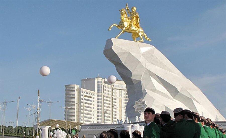 Başken Aşkabat'taki Berdimuhammedov heykelinin toplam yüksekliği 21 metre.