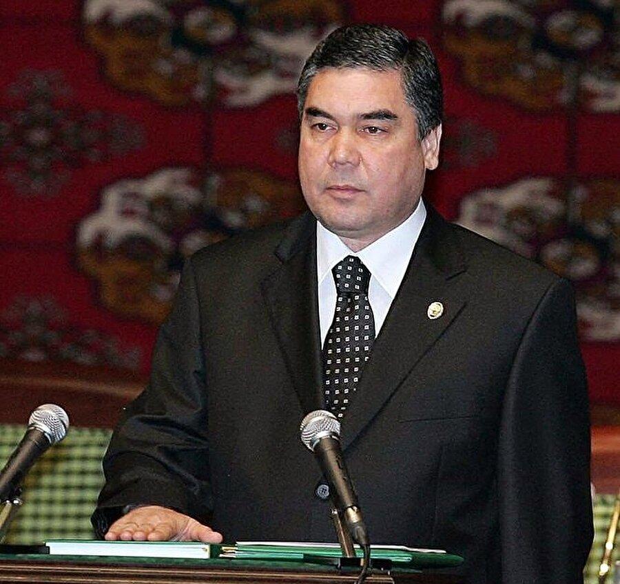 Gurbanguli Berdimuhammedov, seçimi kazandıktan sonra Kur'an ve Ruhname'ye el basarak yemin etmişti.