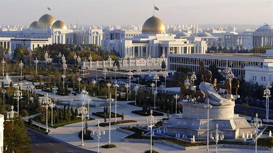 """Berdimuhammedov, """"Beyaz Aşkabat"""" olarak da anılan başkentte renkli otomobil kullanılmasını yasakladı."""