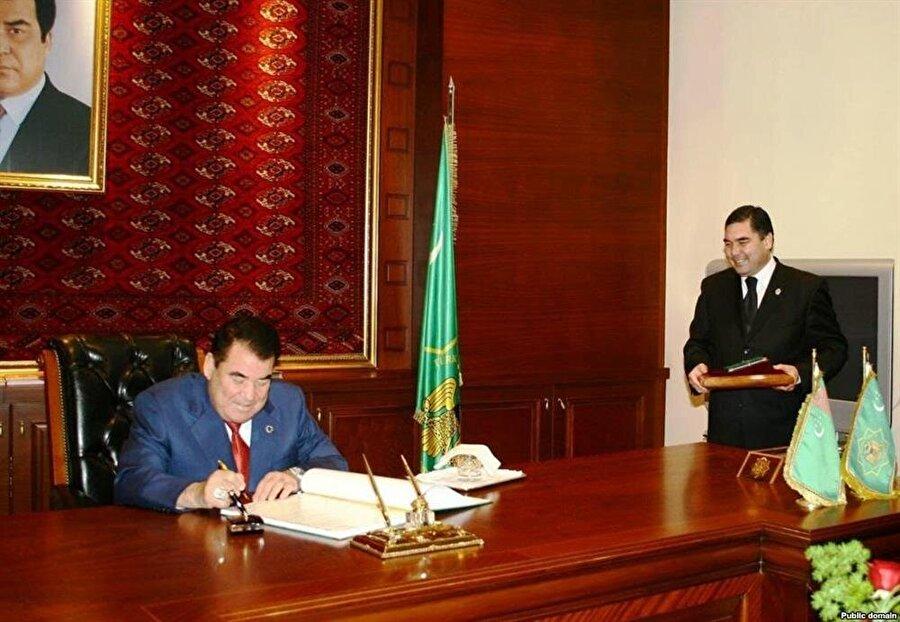 Türkemnistan'ın 27 yıllık tarihinde yalnızca iki isim devlet başkanlığı koltuğuna oturdu: Saparmurat Niyazov (Oturan) ve Gurbanguli Berdimuhammedov (Ayakta).