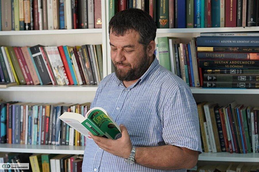 Marmara Üniversitesi'nde eğitimini sürdüren Kılıçarslan, İlahiyat Fakültesi'ndeki eğitimini yarıda bıraktı ve İletişim Fakültesi'ne geçti.